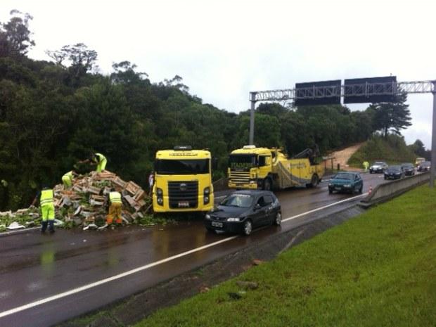 Acidente BR-376 com caminhão que transportava bananas (Foto: Gisah Batista/ RPC TV)