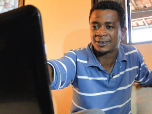 Charles da Silva vê as imagens do resgate das três pessoas (Foto: Cíntia Paes/G1)