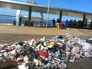 Ponta Negra amanheceu repleta de lixo (Foto: Carlos Eduardo Matos/ G1 AM)