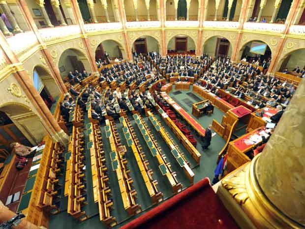 Câmara alta do Parlamento da Hungria nesta sexta-feira (30) em Budapeste (Foto: AP)