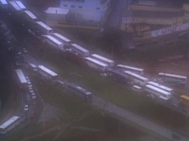 Lentidão provocada por fila de ônibus na região da Dutra, em Guarulhos (Foto: Reprodução/ Tv Globo)