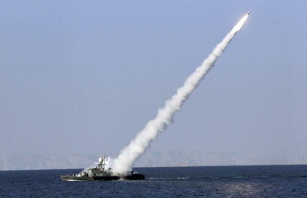 Míssil de médio alcance é disparado pelo Irã, próximo ao estreito de Ormuz (Foto: Reuters)