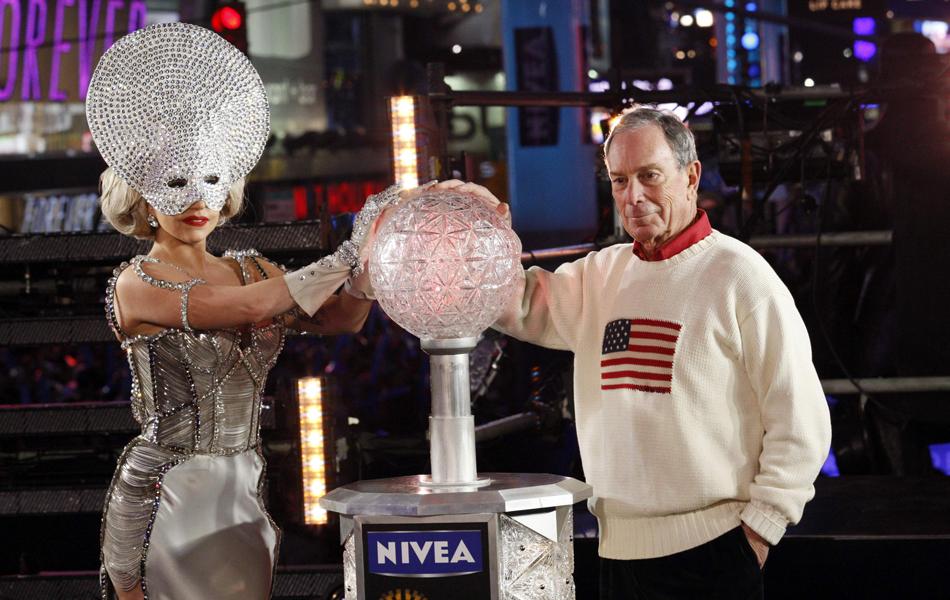 Cantora Lady Gaga e prefeito de Nova Iorque, Michael Bloomberg, participaram da contagem regressiva para 2012 na Times Square