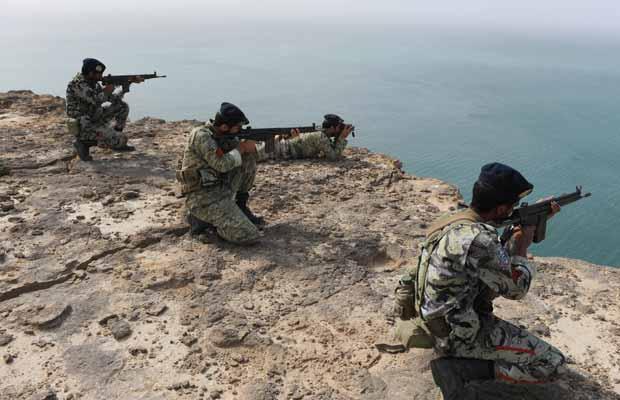Militares iranianos participam de treinamento no Mar de Oman, nesta sexta-feira (30) (Foto: AP)