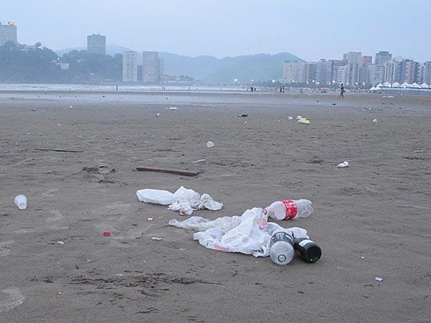 Praia de São Vicente, no litoral de São Paulo, amanhece com lixo (Foto: Márcio Pinho/G1)