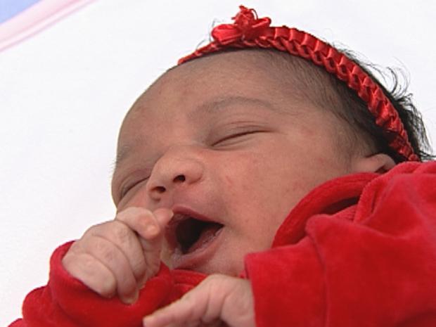 Vitória é a primeira criança a nascer em 2012 em Belo Horizonte (Foto: Reprodução/TVGlobo)