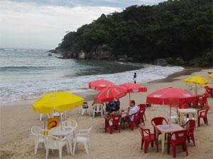 Quiosque na praia de Trindade (RJ) (Foto: Carolina Lauriano/G1)