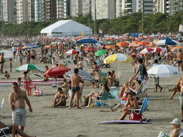 Praia lotada em Santos na segunda-feira (2) (Foto: Maurício de Souza/AE)