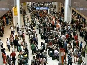 Por causa dos atrasos, os balcões das companhias aéreas ficaram lotados (Foto: Reprodução / TV Globo)