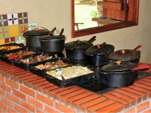 Almoço, preparado no fogão a lenha, conta com comidas típicas da região (Foto: André Seale/ Divulgação)
