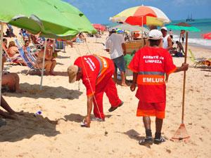 Agentes da Emlur fazem limpeza na praia (Foto: Divulgação/Secom-JP)