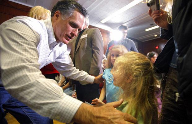Mitt Romney cumprimenta crianças em evento de campanha em Council Bluffs, Iowa, neste domingo (Foto: Brian Snyder/Reuters)