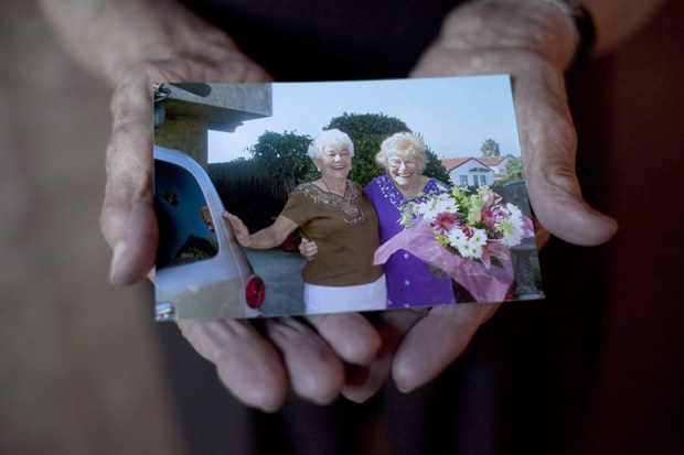 Minka Disbrow, de 100 anos, mostra foto dela com a filha Ruth Lee, de encontro em dezembro de 2011.  (Foto: AP)