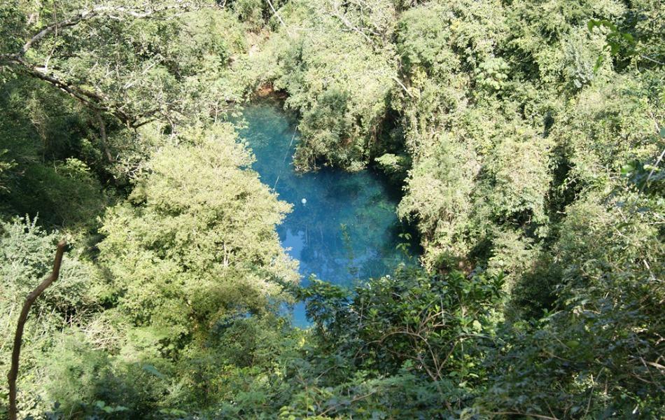 Lagoa Misteriosa fica no fundo de uma dolina de 75 metros de profundidade. Para chegar, é preciso descer uma escadaria de 179 degraus.