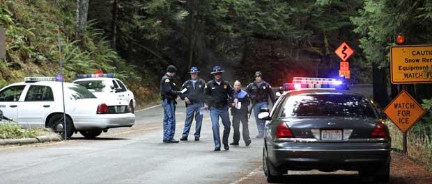 Policiais vasculham Parque Nacional Mount Rainier. (Foto: Ted S. Warren / AP Photo)