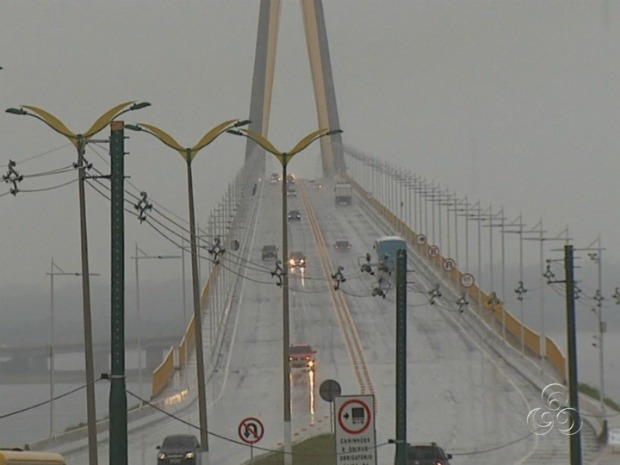 Bridge over the Rio Negro in Manaus, Amazonas, Brazil was shut to traffic for about 40 minutes on Monday, 2 January 2012