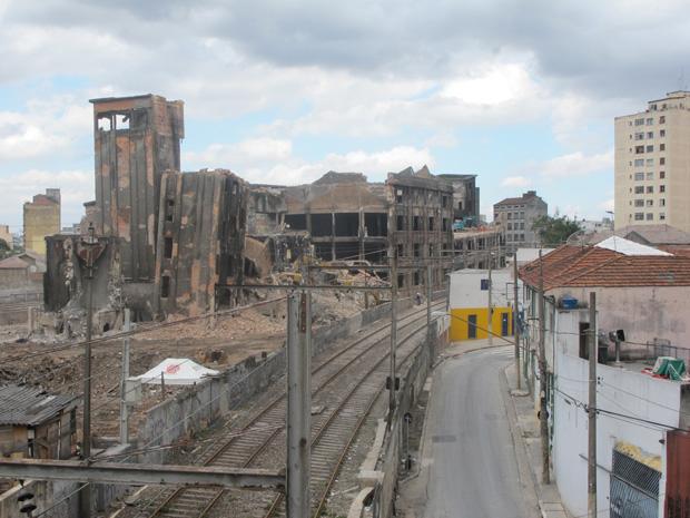 Máquinas trabalham na demolição (Foto: Márcio Pinho/G1)
