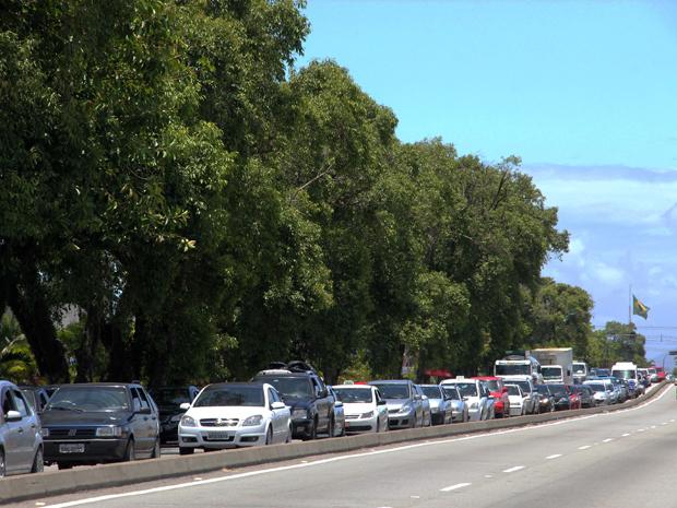 Saída do litoral é complicada em boa parte das rodovias (Foto: Luis Cleber/AE)