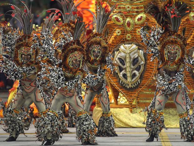 O gás e o fogo foram os temas da Águia de Ouro no carnaval de 2011 (Foto: Daigo Oliva/G1)