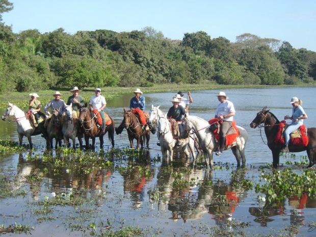 Cavalgada entre fazendas da região do Rio Negro cruzam paisagens exuberantes (Foto: Divulgação/Fazenda Barra Mansa)