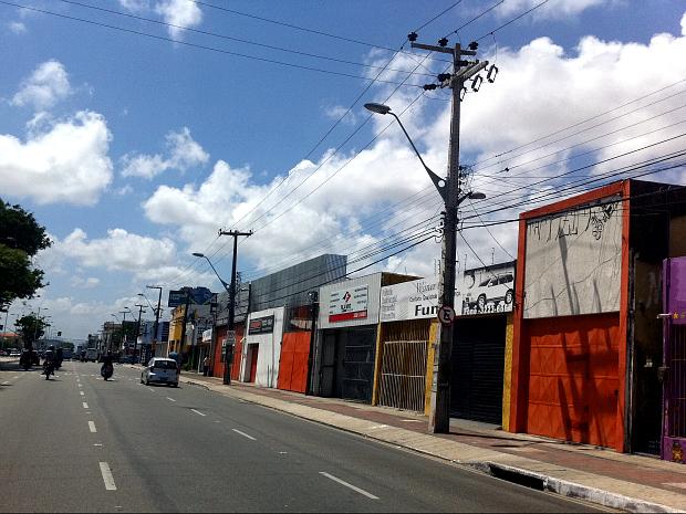 Muitos lojistas da Av. Bezerra de Menezes, em Fortaleza, fecharam seus estabelecimentos ainda pela manhã (Foto: Elias Bruno/G1 CE)