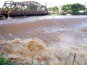 Rio Itapecerica continua subindo (Foto: Cleber Corrêa)