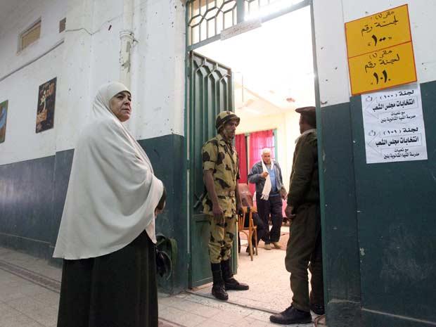 Egípcia chega para votar na cidade de Minya nesta terça-feira (3) (Foto: AFP)