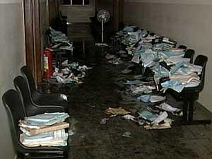Incêndio atingiu segundo andar do prédio (Foto: Reprodução TV Integração)