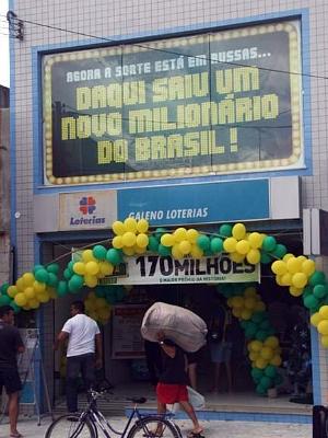 Agência lotérica, no Centro de Russas, comemora prêmio da Mega Virada. (Foto: Melquíades Júnior/Diário Vale do Jaguaribe)