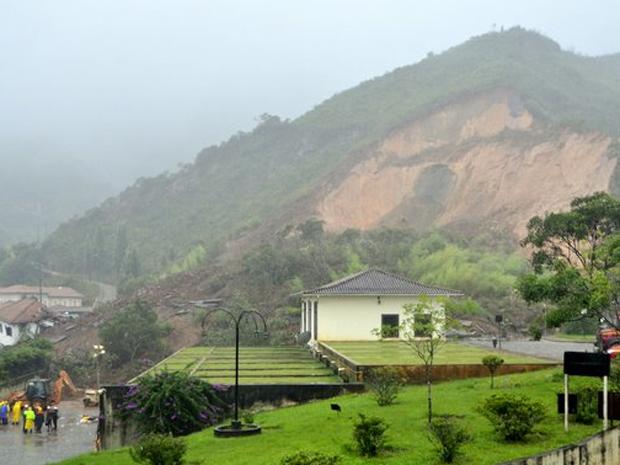 Deslizamento de terra soterra taxista em Ouro Preto. (Foto: Eduardo Tropia/Ouropress)