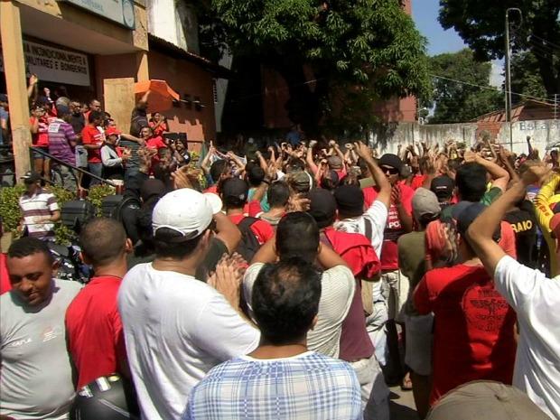 Policiais e bombeiros permaneceram reunidos no 5º Batalhão até o fim da greve. (Foto: Reprodução / TV Verdes Mares)