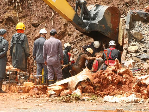 Retroescavadeira é utilizada na remoção dos escombros na rodoviária de Ouro Preto. (Foto: Carlos Rhienck//Hoje em Dia/AE)