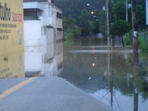 Rio transborda e compromete abastecimento em Divinópolis (Foto: Cleber Corrêa)
