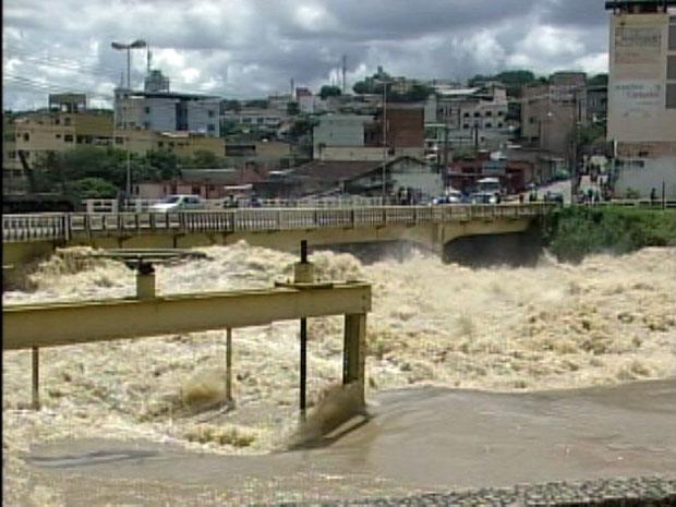 Nível da água já atinge a ponte (Foto: Reprodução/ TV Integração)