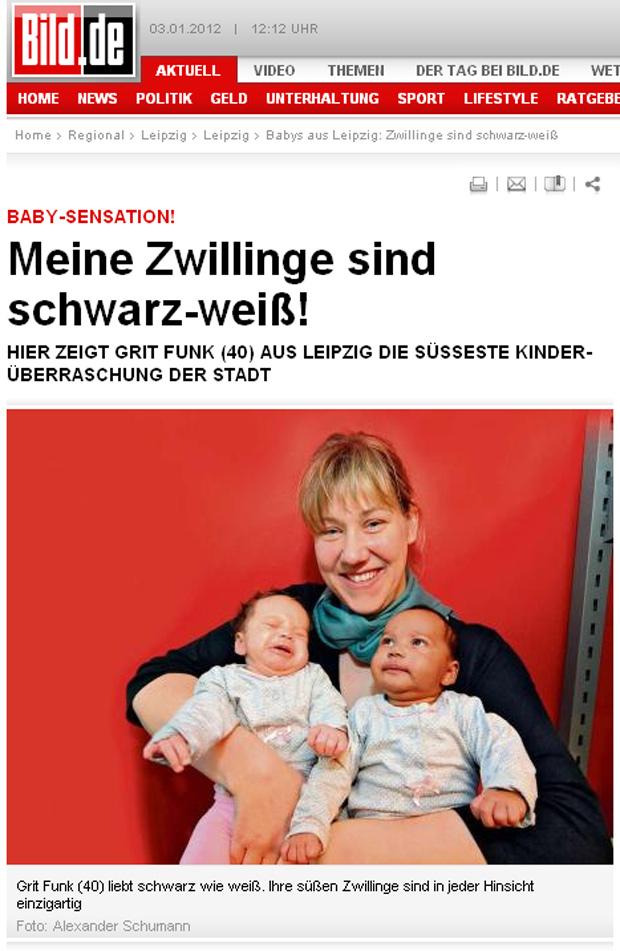A mãe Grit Funke com os bebês Louise (negra) e Leonie (branca) no colo. (Foto: Bild / Reprodução)