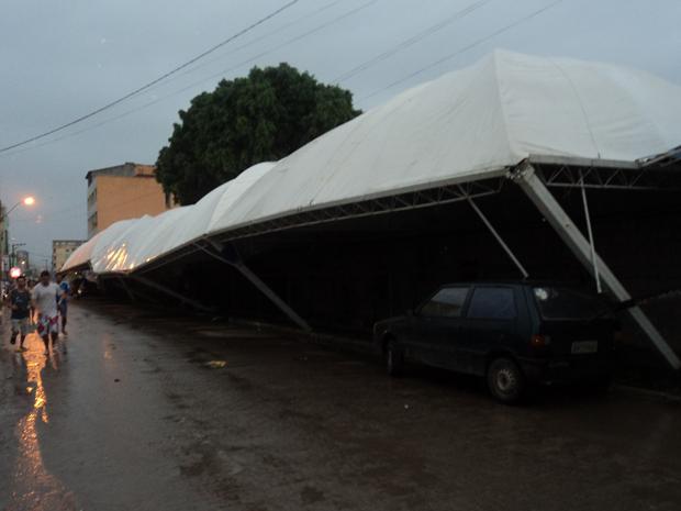 Estrutura de feira desaba em Piúma, no Sul do Espírito Santo (Foto: Vanilda Venzi Sales/VC no G1)
