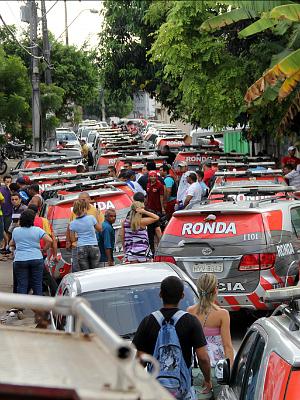Viaturas com pneus vazios nos arredores do quartel da 6ª Companhia do 5º Batalhão (BPM), no bairro Antonio Bezerra, em Fortaleza(CE), durante o sexto dia de greve dos Policiais Militares no estado. (Foto:  Jarbas Oliveira/AE/AE)