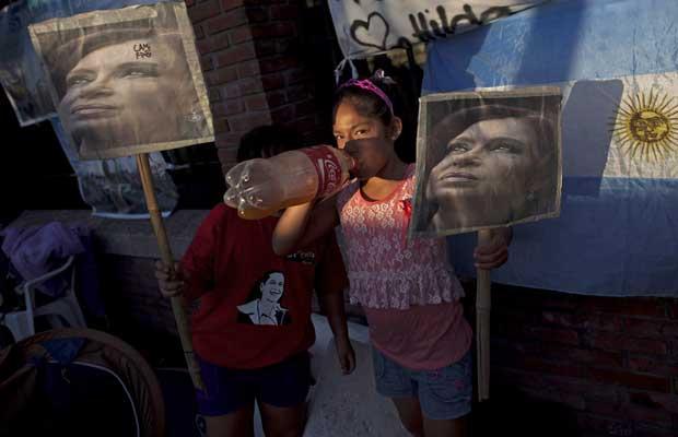 Garota argentina faz vigília na noite desta terça-feira (3) em frente ao hospital em que Cristina Kirchner vai ser operada em Pilar (Foto: AP)