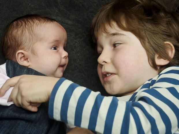 "O par de ""gêmeos"" Floren (menor) e Reuben (com cinco anos). (Foto: Ben Birchall / AP Photo)"