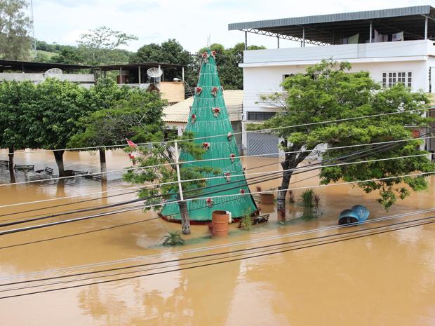 A água invadiu as ruas do município de Cardoso Moreira (Foto: Mauricio Bazilio / Divulgação Secretaria estadual de Saúde)