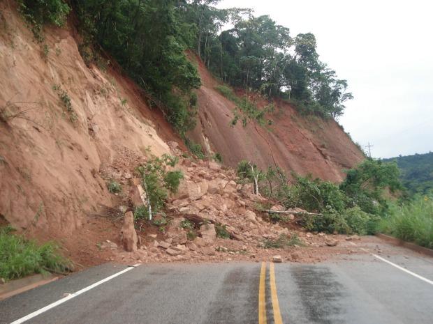 Barreiras caíram no noroeste do ES. (Foto: Divulgação/TV Gazeta)