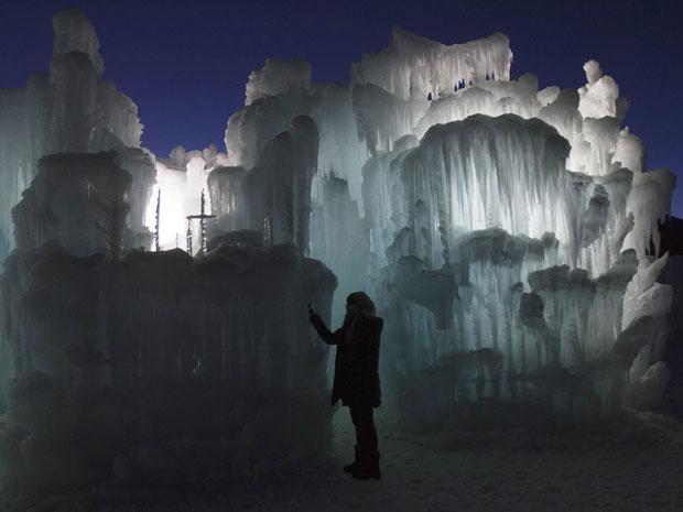 Turista tira fotografias em esculturas de gelo na Ice Castles em Silverthorne, Colorado, nos Estados Unidos. Os castelos formam passarelas, túneis e arcos de gelo, sem estruturas de apoio. Alguns chegam a uma altura de 12 metros. (Foto: Nathan W. Armes/Reuters)