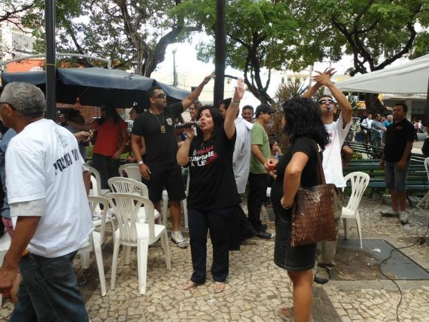 Cerca de 400 policiais estão concentrados em frente à Delegecia Geral da Polícia Civi, diz Inês Romero (com o microfone) (Foto: Sinpoci / Divulgação)