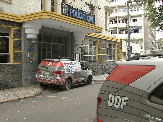 A entrada das delegacias da Policia Civil de Fortaleza foram bloqueadas com carros da corporação que tiveram os pneus furados (Foto: TV Verdes Mares/Reprodução)