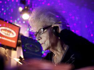 DJ polonesa Wika Szmyt, de 73 anos (Foto: Kacper Pempel/Reuters)
