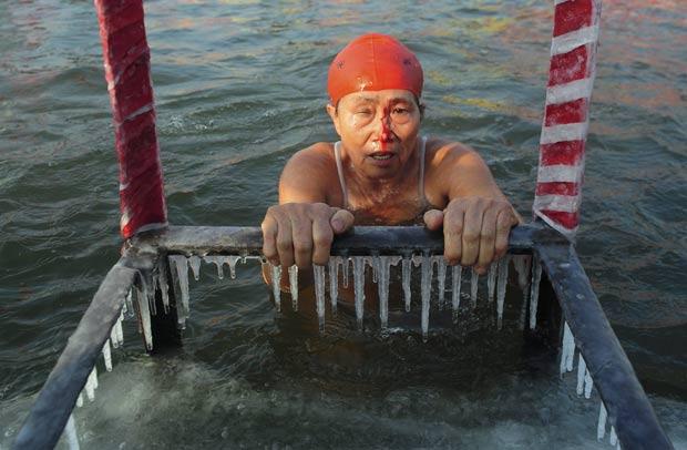 Chineses disputam prova de natação em águas geladas de rio