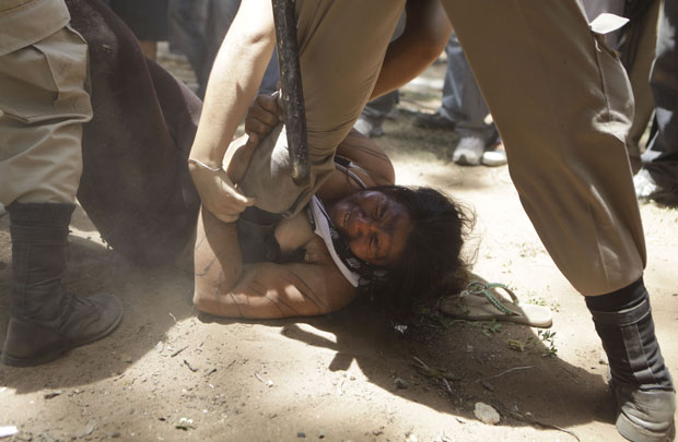 Algumas pessoas se recusaram a sair da praça em Assunção e foram retiradas à força (Foto: Jorge Saenz/AP)