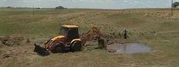 Retroescavadeira da prefeitura de Boa Vista do Cadeado percorre propriedades rurais abrindo bebedouros para o gado 620x235 (Foto: Reprodução/RBS TV)