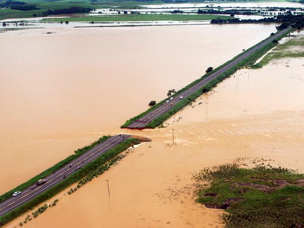Localidade de Campos, no Norte Fluminense, é inundada após rompimento de dique (Foto: Gerson Gomes/Divulgação Prefeitura de Campos)