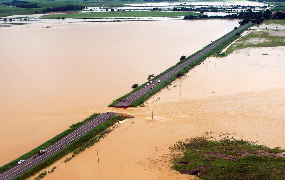Dique se rompeu e destruiu trecho de rodovia em Campos na quinta-feira (5)